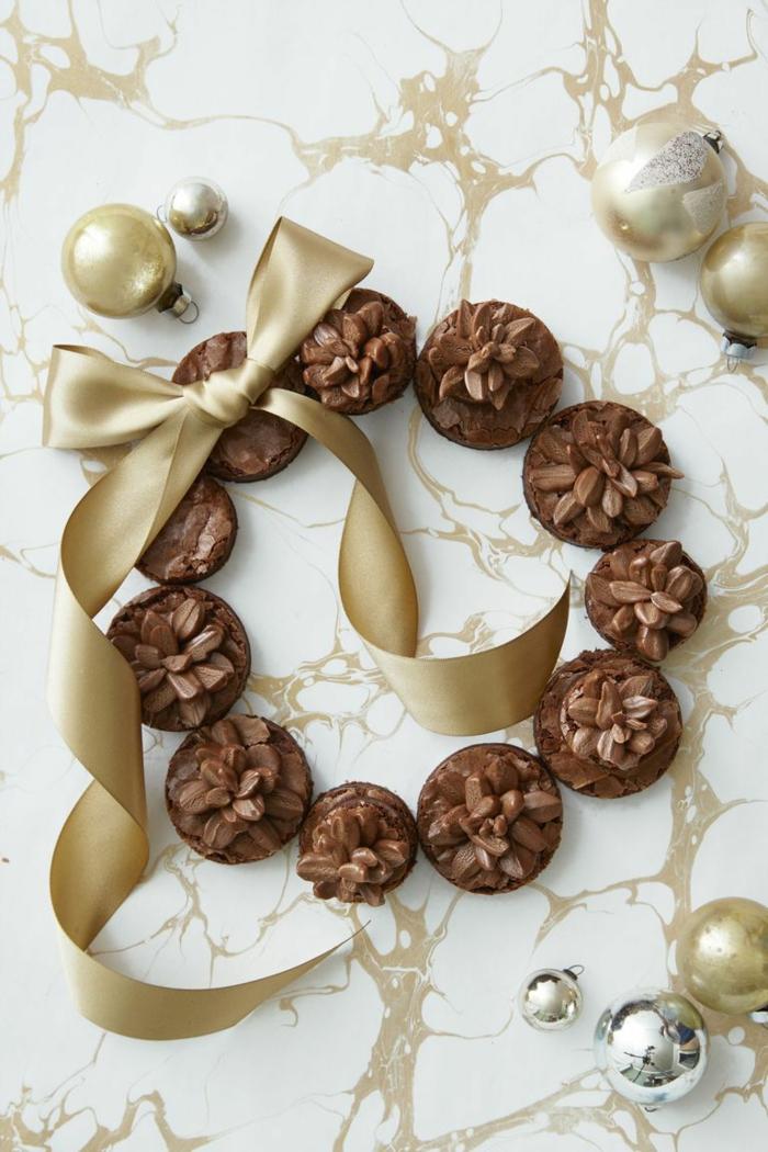 postres para nochevieja decorados de manera encantadora, pasteles de chocolate negro en forma de corona de navidad