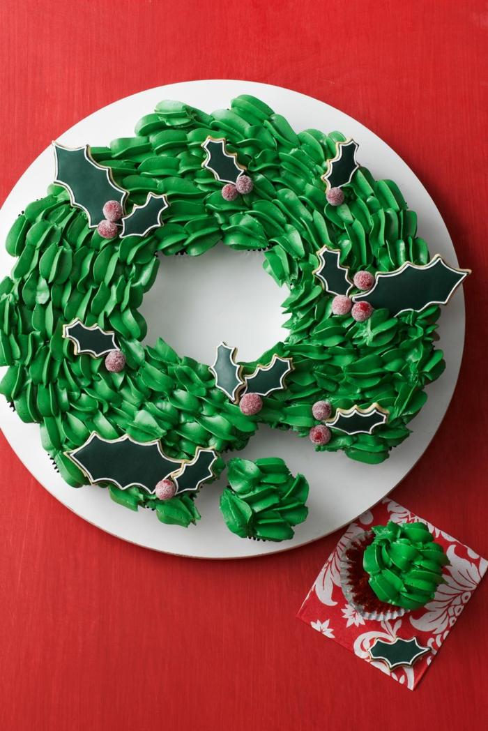 postres para nochevieja decorados de manera temática, corona de navidad hecha de magdalenas