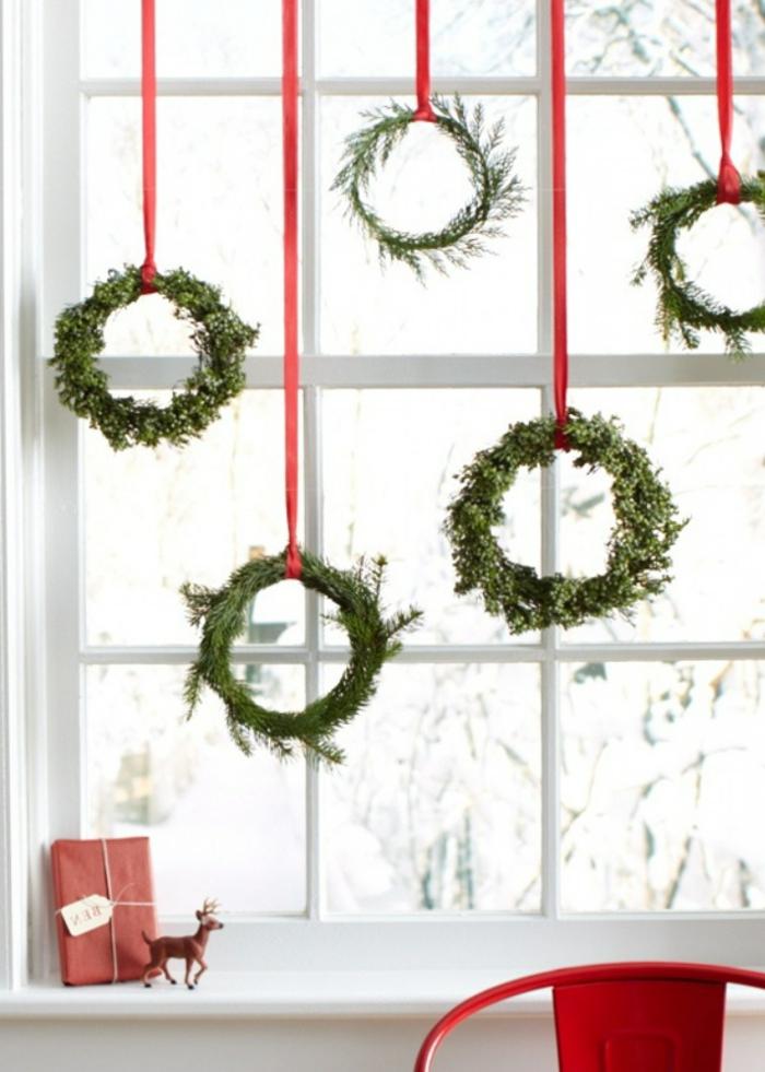 coronas navideñas de materiales reciclados, bonitas ideas de adornos navideños reciclados