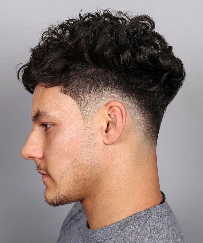 corte de pelo halcón cabello rizado con sienes rapados, peinados y cortes de pelo modernos hombre