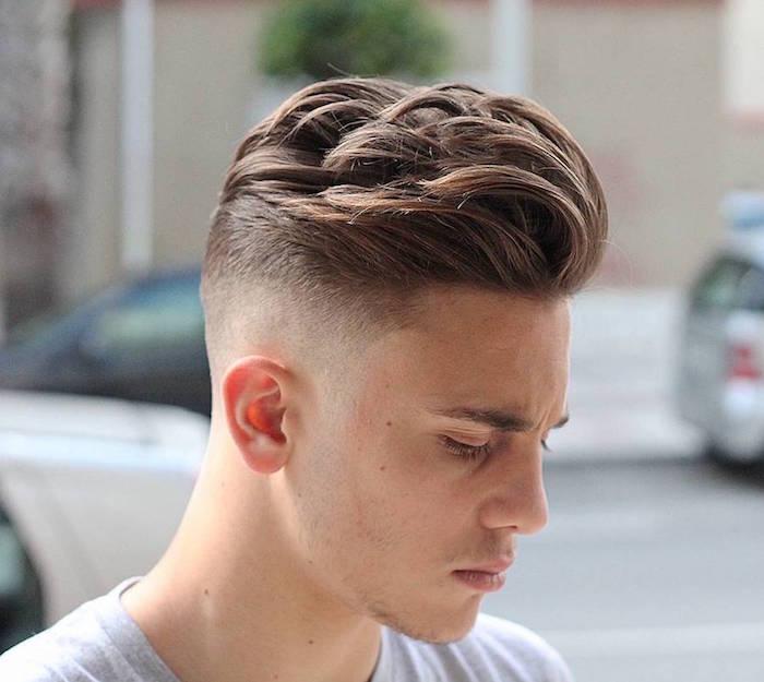 ideas de degradado pelo rubio oscuro rizado, peinados modernos para hombres con degradado y larga franja