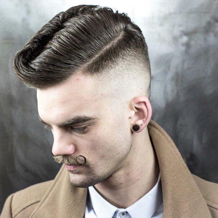 corte de pelo pompadour clásico con bigote militar, degradado pelo con larga franja texturizada y partes laterales rapadas