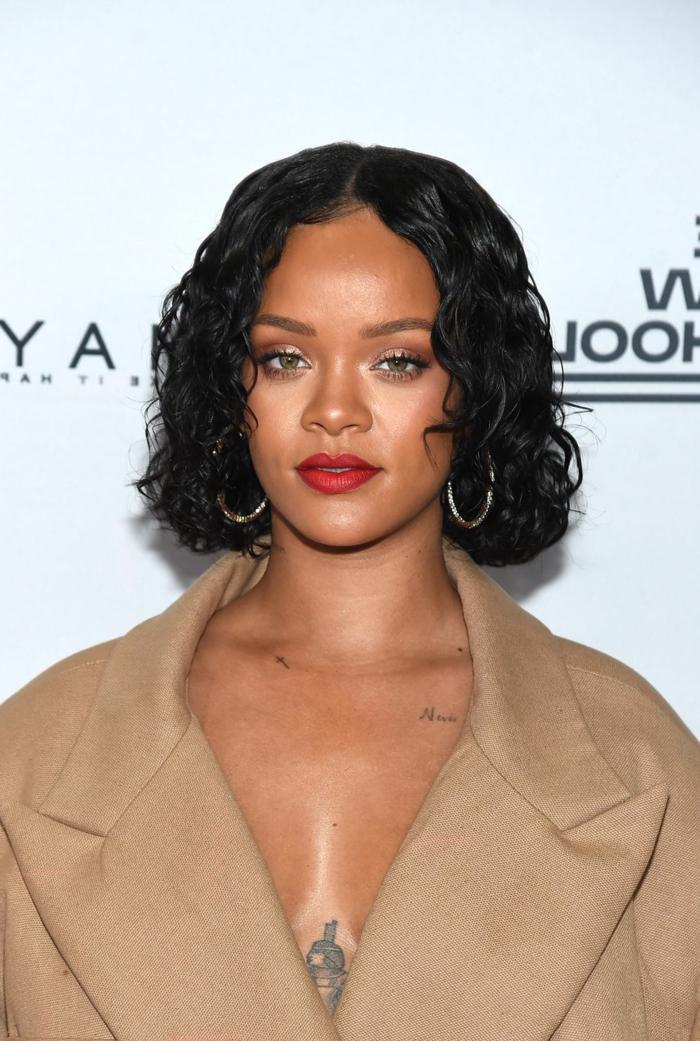 celebridades con cortes de pelo corto mujer, melena corta rizada en color negro, peinados y cortes de pelo para melenas rizadas