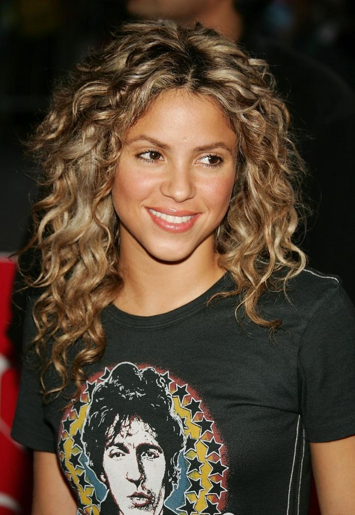 Shakira con un look natural, larga melena rizada cortada en capas, cortes de pelo media melena cara ovalada
