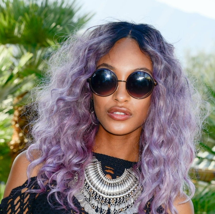 cabellera pintada en color lila, cortes de pelo media melena cara redonda, cabello rizado