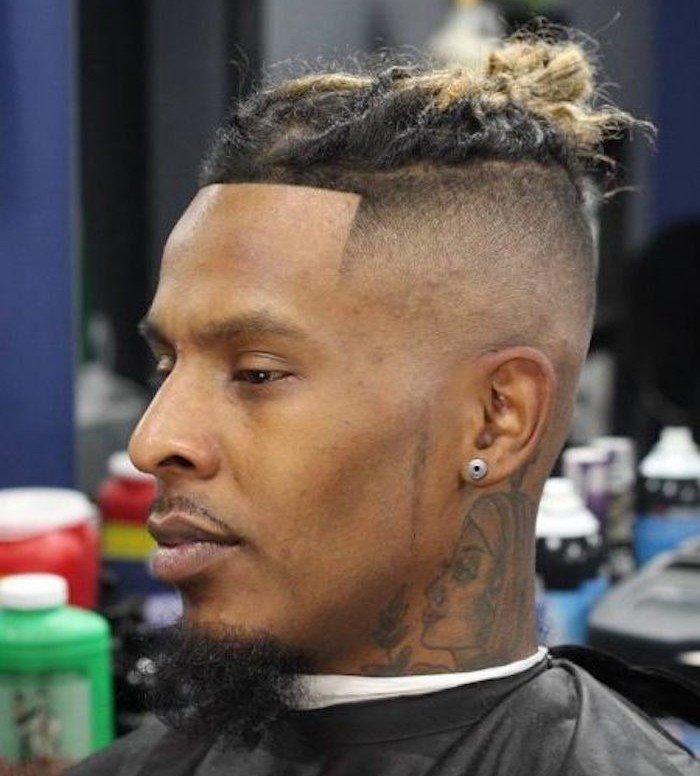corte de pelo hipster, peinado con degradado y trenzas en la corona de la cabeza, cortes de pelo hombre degradado