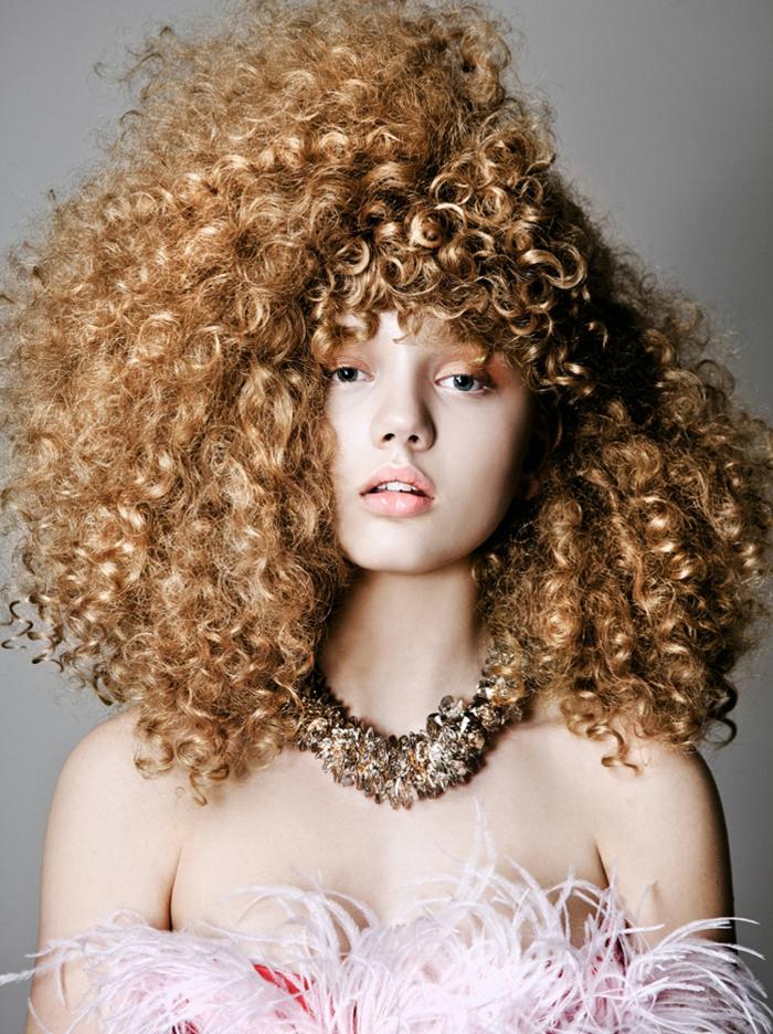 extravagantes propuestas de cortes de pelo rizado, melena con mucho volumen rizada
