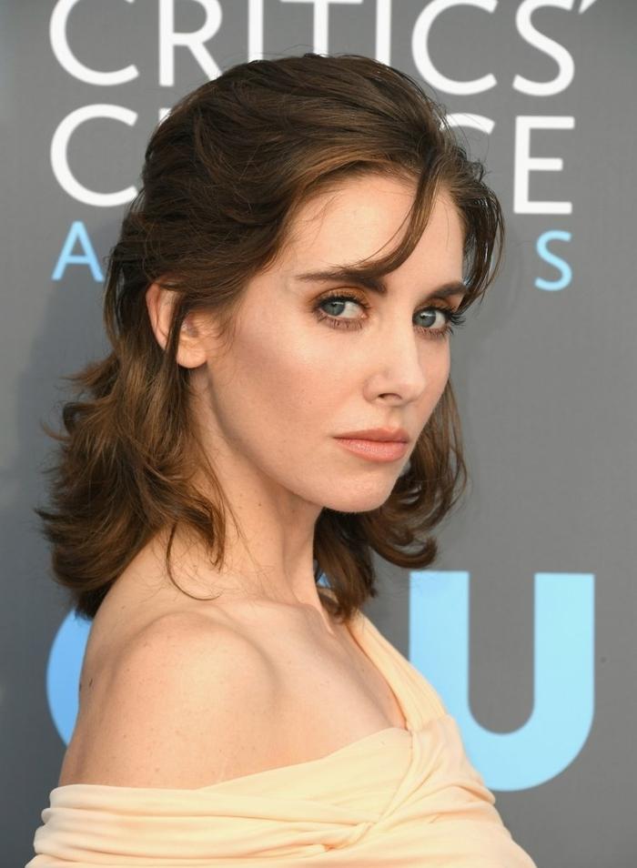 peinados y cortes de pelo ondulado corto, semirecogido con mechas sueltas, cabello liferamente ondulado