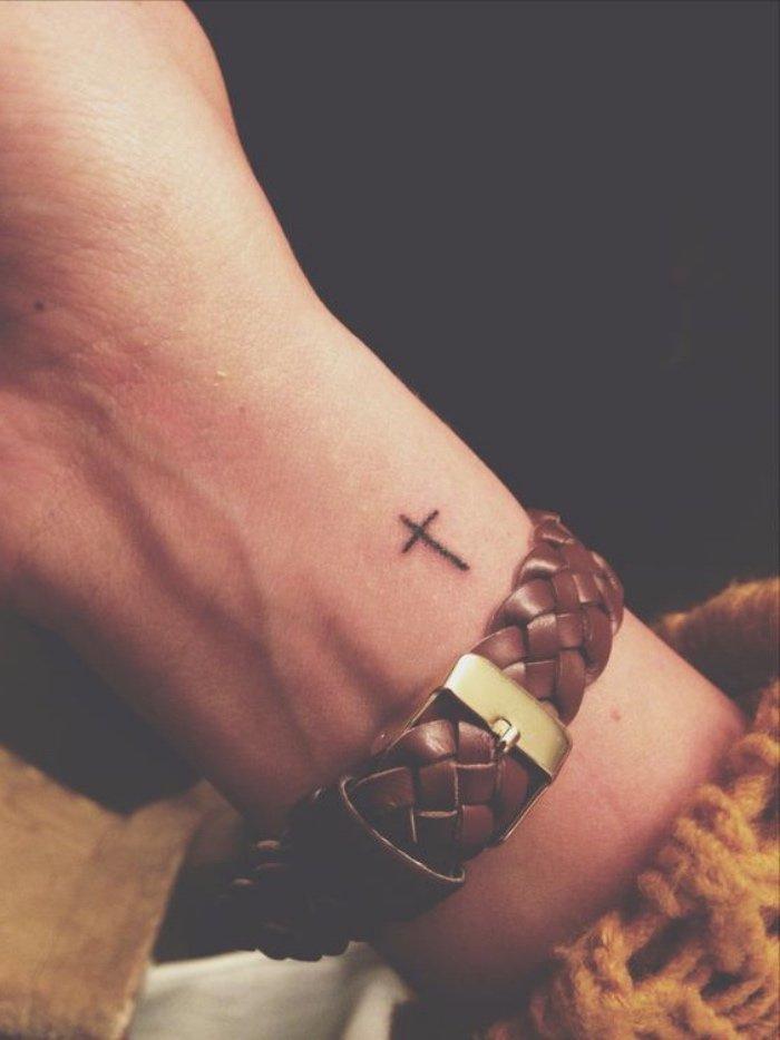 tatuajes chicos con alto significado, pequeños tatuajes con simbología para hombres y mujeres