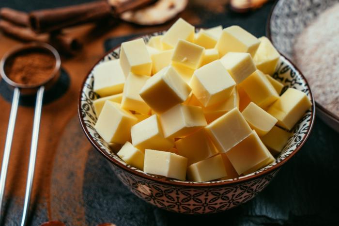 trozos de manteca ablandada, recetas faciles y rápidas de postres para conseguir una dieta sana, dulces con harina integral