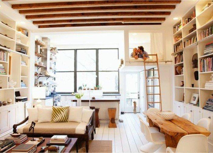 salón decorado de diseño con techo con vigas, decoración en beige, estanterías altas