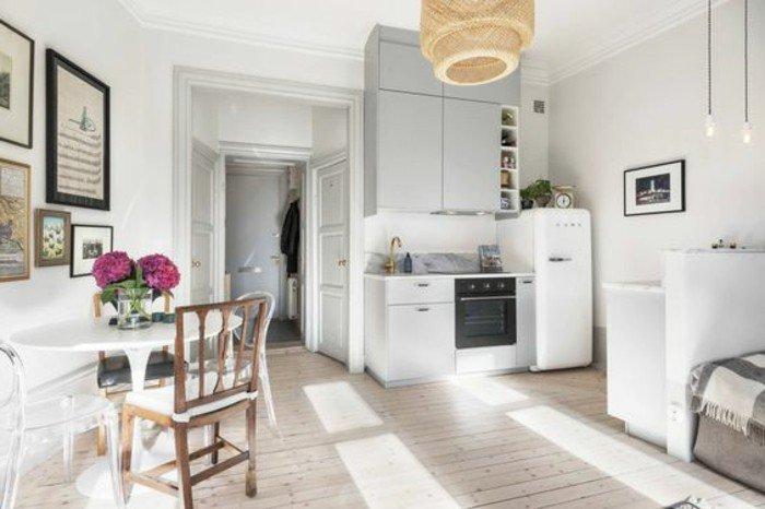 cocina con pequeño comedor decorada en blanco y gris, ideas sobre cómo decorar piso pequeño