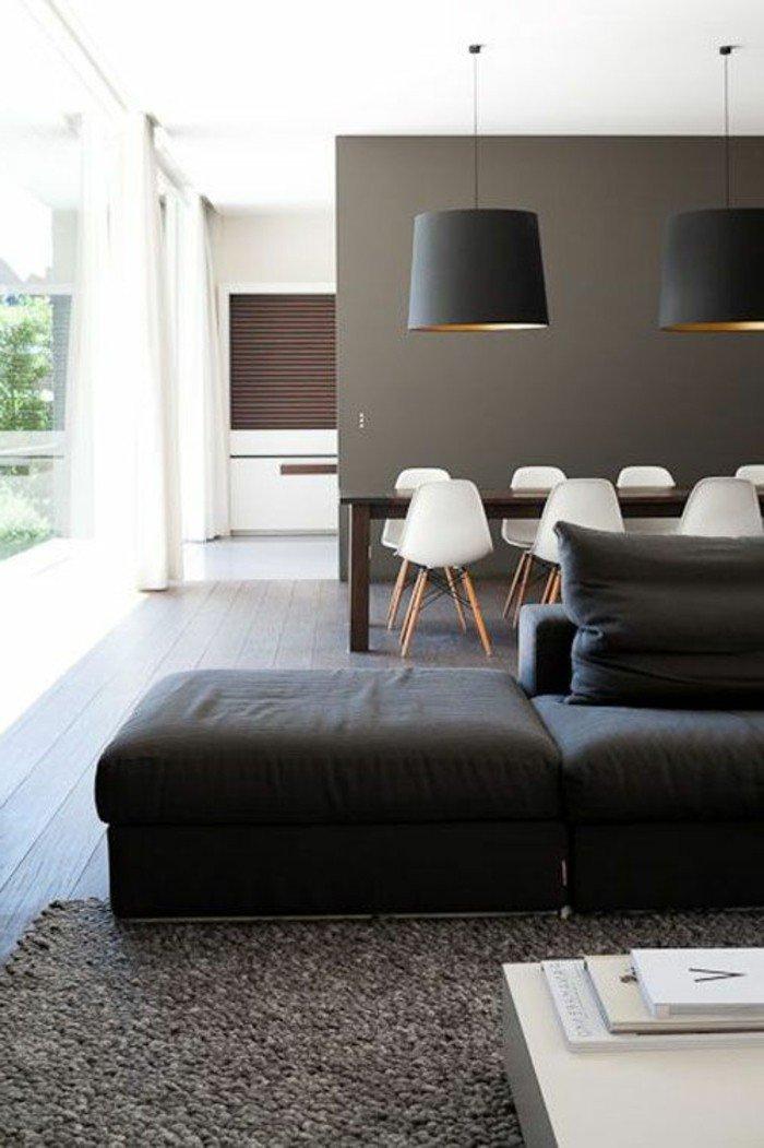 salones grises decorados en estilo contemporaneo, suelo de madera, alfombra gris, sofá en gris oscuro