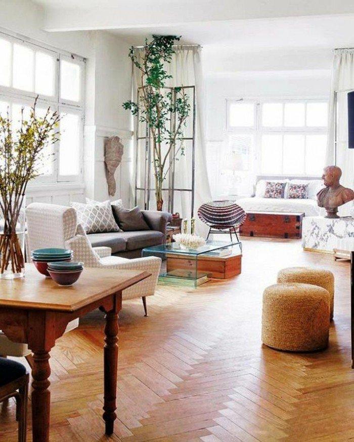 decoración en estilo bohemio, como decorar un piso pequeño en colores claros, plantas verdes y suelo de parquet