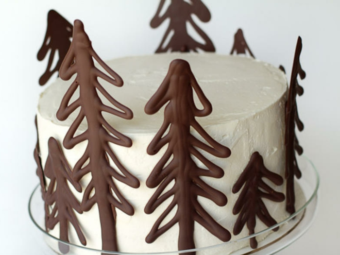 tarta navideña de narta decorada con figuras de chocolate en forma de árboles, recetas de navidad sencillas y economicas
