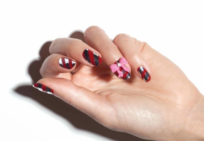 decoraciones de uñas tridimensionales, uñas cortas en rojo y plateado con un simpático ornamento 3D
