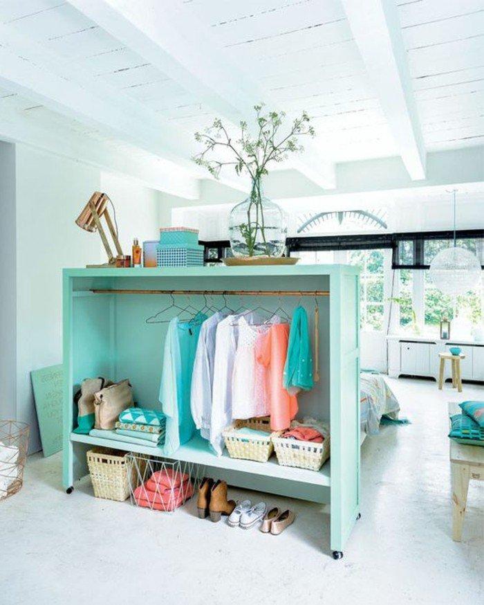 ideas sobre cómo separar el espacio en una habitación, como decorar un piso pequeño, cofre en color verde menta