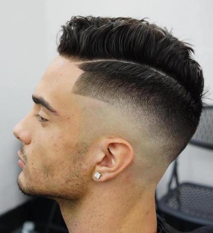 corte de pelo hombre moderno con lados laterales rapados, degradado pelo hombre cabello negro