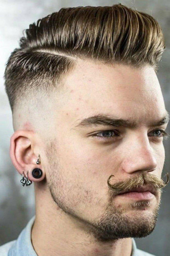 corte de pelo militar con bigotes largos, apariencia en estilo hipster, ideas de tupe hombre