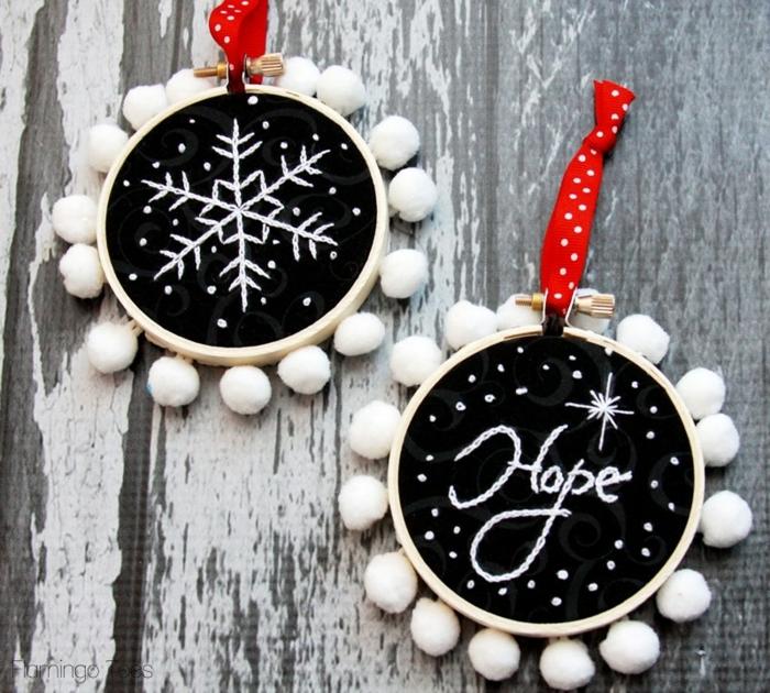 como adornar la casa en navidad con preciosos ornamentos DIY decorados con mini pompones