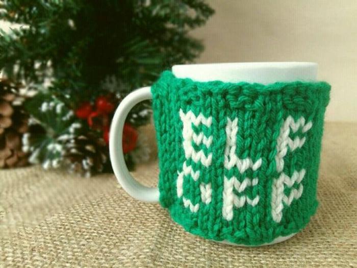manualidades para regalar a una amiga, abrigo para tazas de café de lana en verde, pequeños detalles DIY para regalar en Navidad