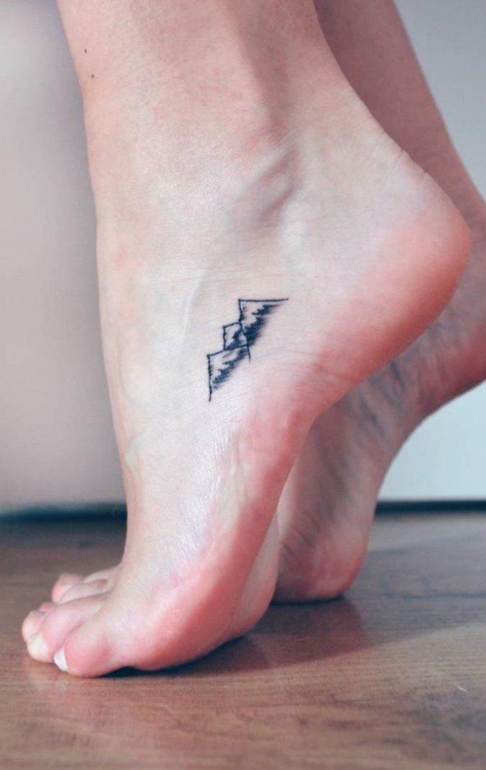 bonitos diseños de tatuajes para los amantes de la naturaleza, tatuajes chicos en el pie, dibujo de montaña