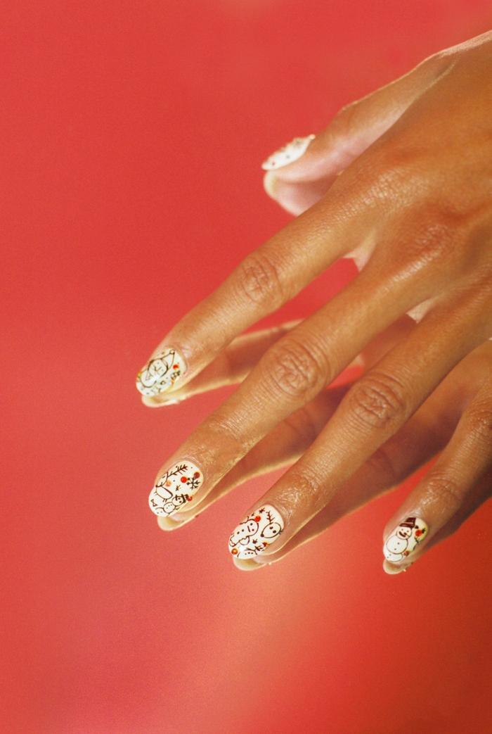 uñas cortas redondeadas pintadas en blanco con bonitos detalles, como hacer uñas de gel imágines con ideas