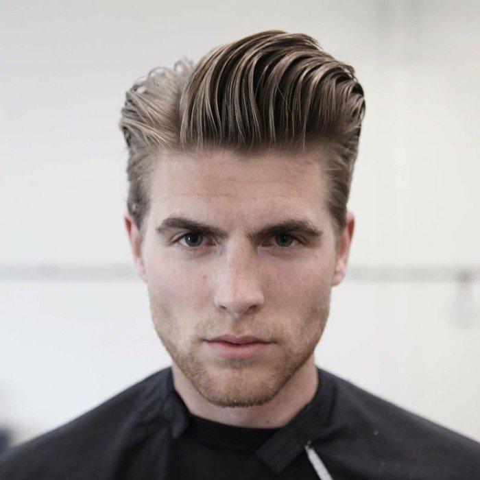ideas de peinados y cortes hombre 2018, corte de pelo degradado con largo tupé, pelo texturizado peinado hacia atrás