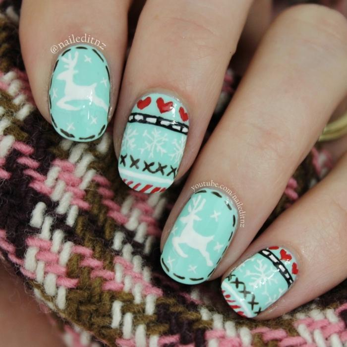 uñas de gel decoradas con motivos navideños, uñas largas ovaladas pintas en verde menta con bonitos dibujos