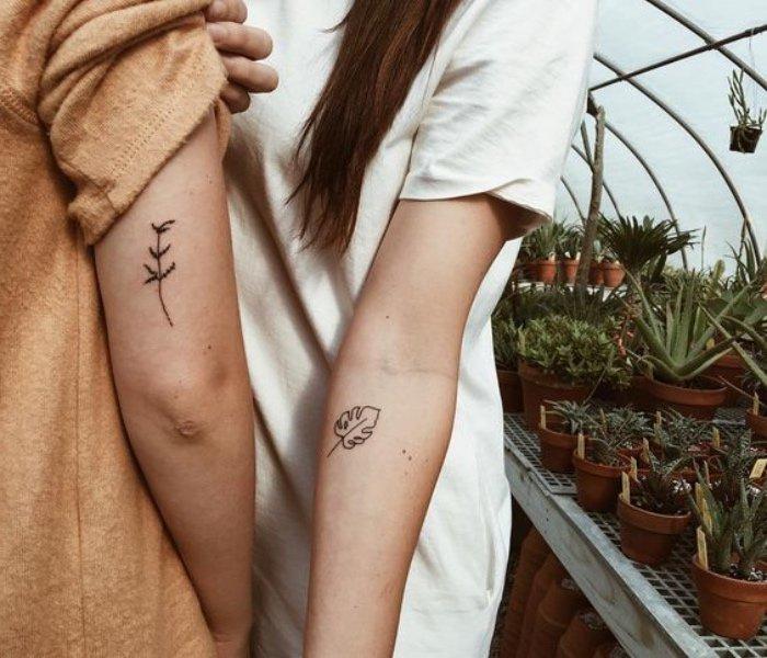 ideas de tatuajes chiquitos de flores y elementos botánicos, los mejores diseños de tatuajes en estilo minimalista