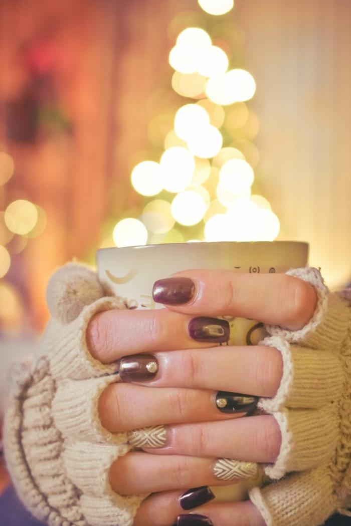 uñas de gel decoradas en tonos terrosos acabado metálico, ideas de diseños de uñas para Navidad y Noche Vieja