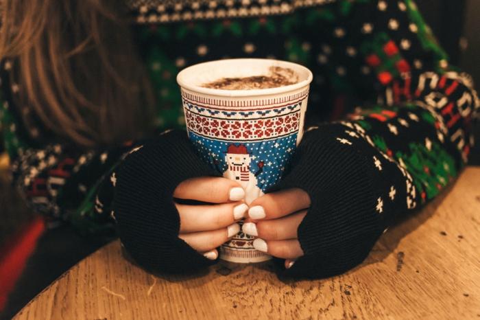 uñas cortas pintadas en blanco, ideas de uñas navideñas sencillas, elegantes y versátiles