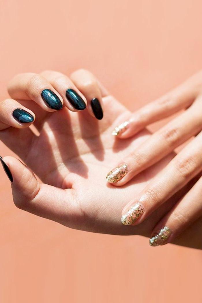uñas largas relucientes de forma almendrada pintadas en color oscuro y dorado, ideas de uñas decoradas