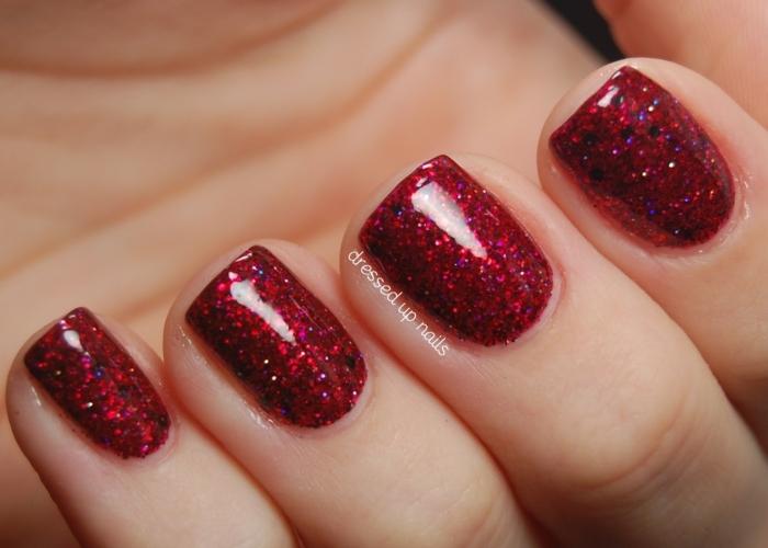 uñas de navidad simples y elegantes, uñas cortas de forma cuadrada pintadas en rojo brillante