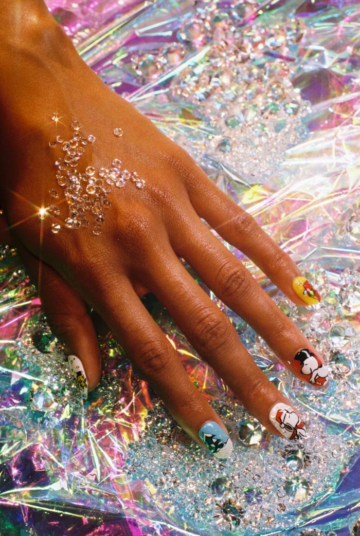 uñas largas de forma almendrada con originales dibujos, ideas de uñas de Navidad y Noche Vieja