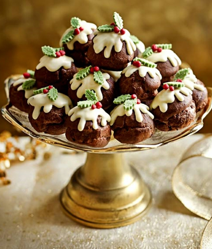 mini magdalenas con glaseado real y acebo, recetas de navidad sencillas y economicas
