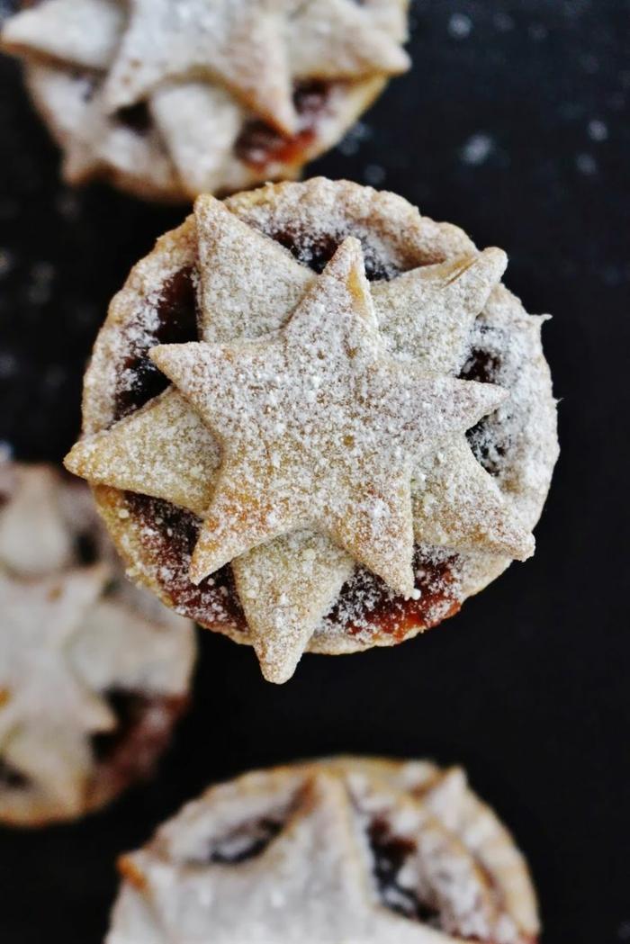 tortitas navideñas decoradas con estrellas, tortitas de vainilla con mermelada, dulces tipicos de navidad