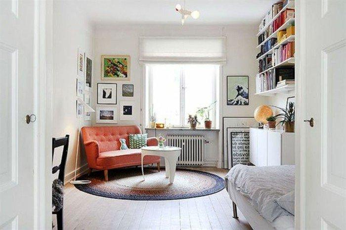 pequeño salón acogedor decorado en tonos claros con muchos cuadros decorativos, decorar pisos pequeños
