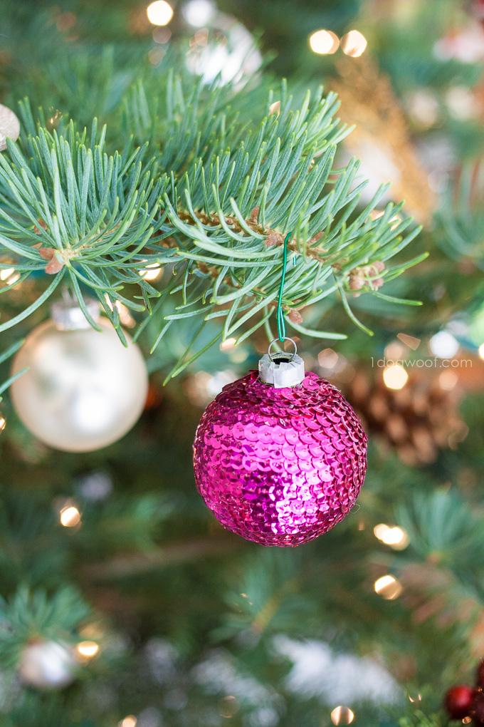 adornos de navidad caseros en estilo vintage, esfera de Navidad decorada con lentejuelas en color morado