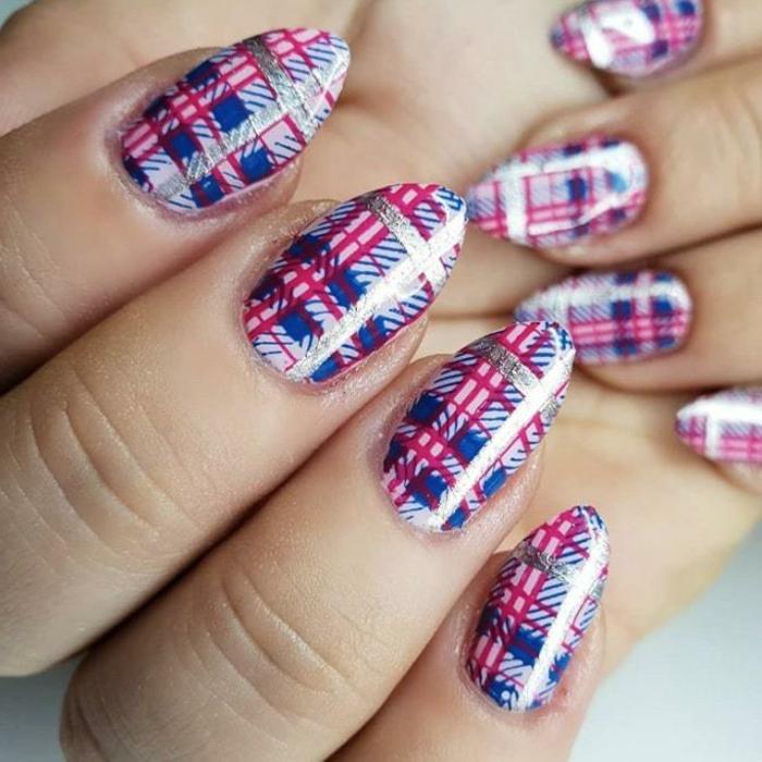 precioso diseño uñas largas con forma de almendra pintadas en blanco, rojo y azul y decoradas con esmalte plateado