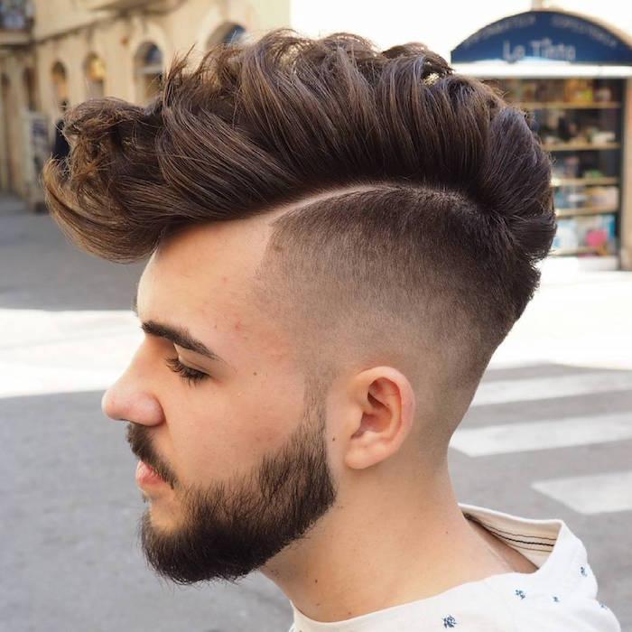 corte de pelo halcón, ideas tupé hombre, cabello castaño oscuro rizado con larga franja