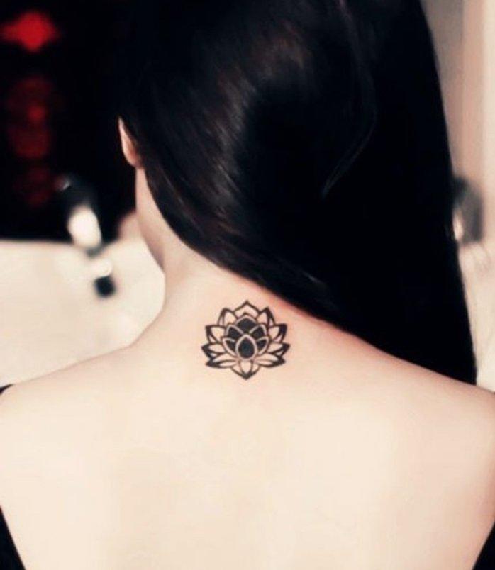 flor de loto tatuada en la espalda cerca de la nuca, tattoos chicos para mujeres, tatuajes con significado