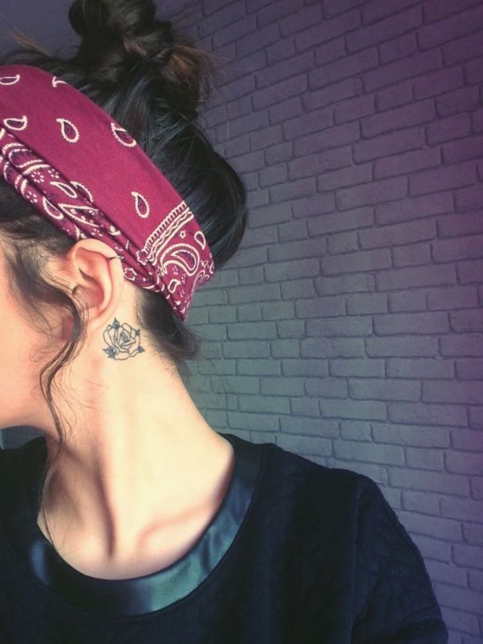 galería de fotos de tatuajes pequeños y bonitos, preciosa rosa tatuada detrás de la oreja