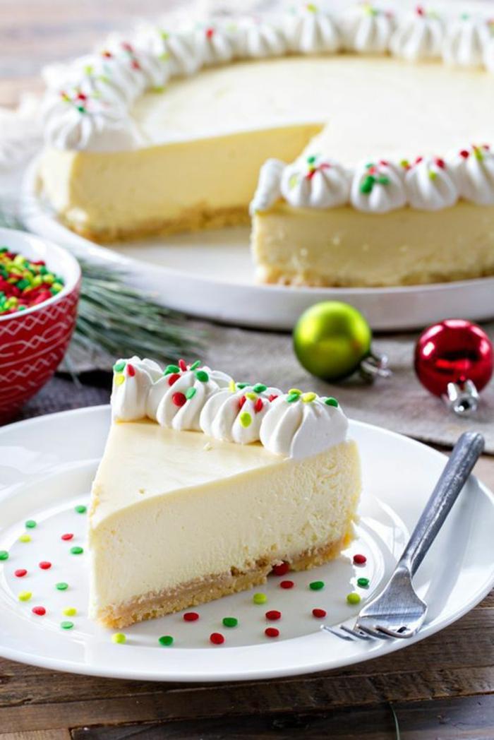 tarta de nata super rica decorada en los colores de navidad, recetas de navidad sencillas y economicas