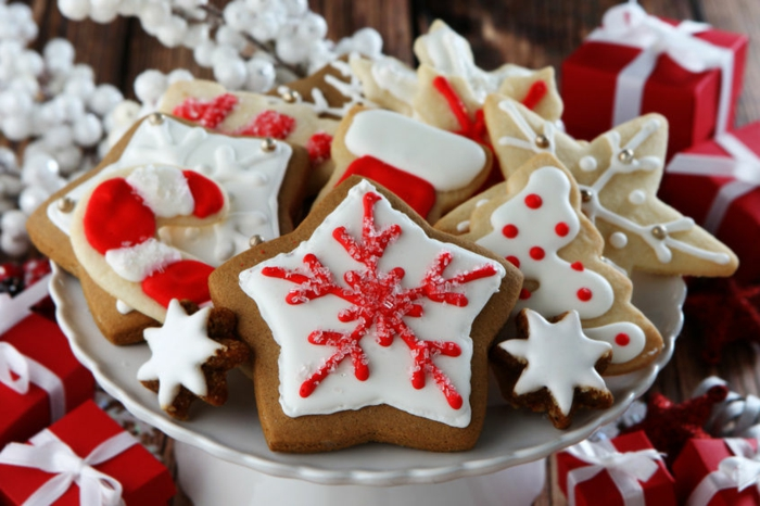 preciosas fotos de decoración galletas jengibre, galletas navideñas decoradas con glaseado blanco y rojo