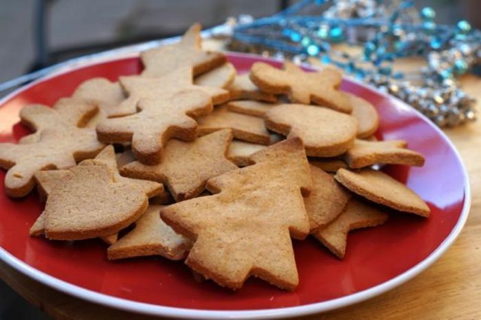 galletas jengibre en diferentes formas, galletas navideñas decoradas de encanto, fotos de postres navideños