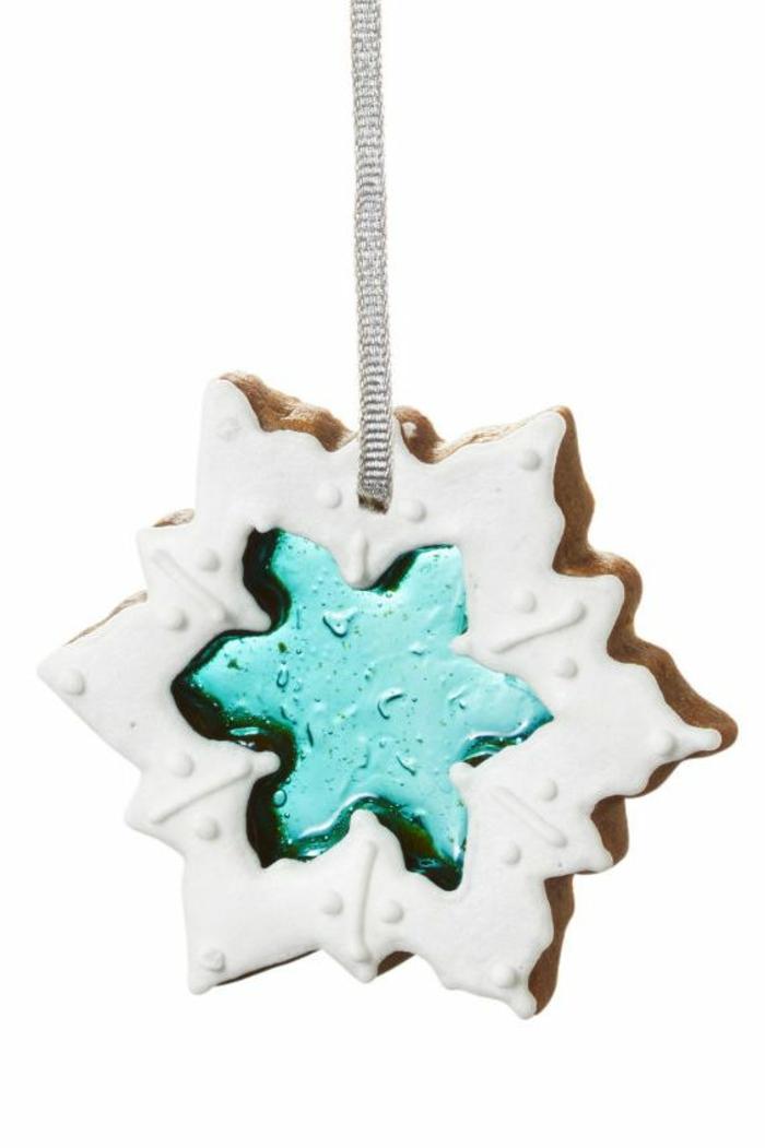 galletas navideñas decoradas de manera encantadora, galletas de mantequilla en forma de copos de nieve