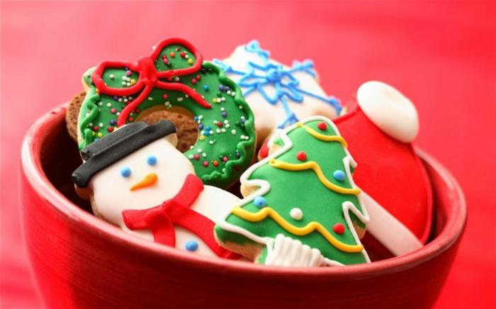 ejemplos de galletas de Navidad DIY, galletas coloridas con motivos navideños, ejemplos de regalo amigo invisible hecho a mano