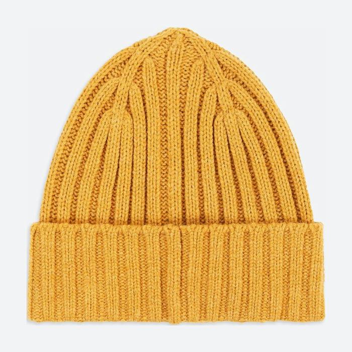 sobrero de lana en color naranja, propuestas sobre regalos para amigo invisible, ideas para hombres y mujeres