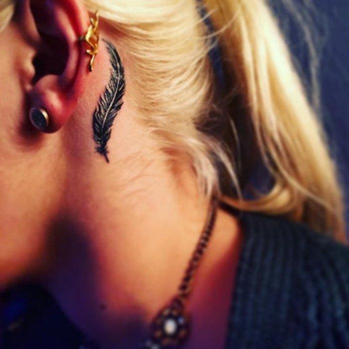 tatuajes pequeños y bonitos detrás de la oreja, pluma como símbolo de la libertad, tatuajes simbolicos